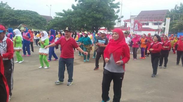 Wali Kota Bandar Lampung Herman HN dan Ketua PKK Eva Dwiana Herman HN berbaur dengan puluhan ribuan warga dalam Senam Bandar Lampung  gembira yang memecahkan rekor MURI di Lapangan Enggal, Minggu, 1/5/2016. | Arif Wiryatama/Jejamo.com