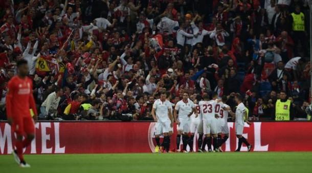 Para pemain Sevilla merayakan kemenangan 3-1 atas Liverpool dalam laga final Liga Europa di St Jakob Park, Basel, Swiss, dini hari tadi. Sevilla mencatat rekor juara Liga Europa tiga kali berturut-turut. | AFP