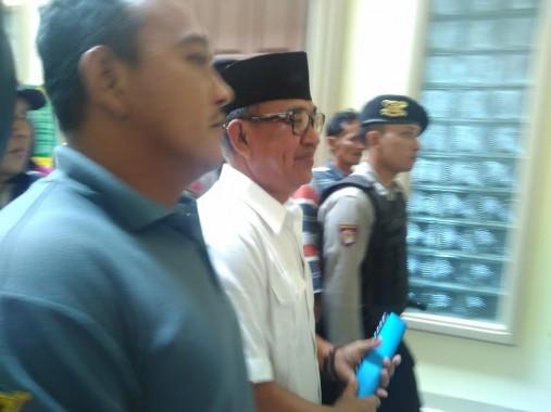 Cik Raden saat keluar dari ruang persidangan PN Tanjungkarang, Selasa, 31/5/2016. | Andi Apriyadi/Jejamo.com