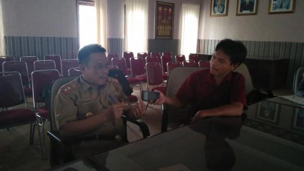 Kepala Dinas Pertanian dan Peternakan (Distanak) Lampung Utara Sofyan (kiri) saat diwawancari wartawan, Senin, 30/5/2016. | Lia/Jejamo.com