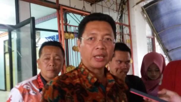 Gubernur Lampung Cium Tangan Kiyai Hasyim Muzadi