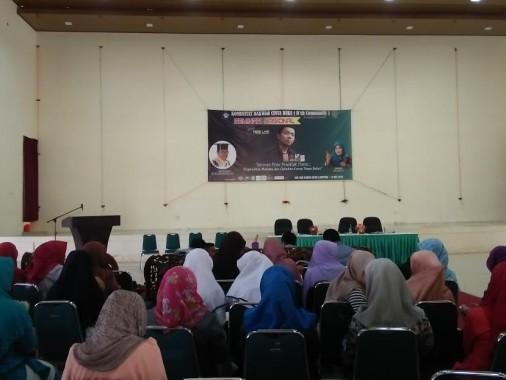 Tere Liye Sapa Penggemar Lampung lewat Seminar Nasional di IAIN Raden Intan