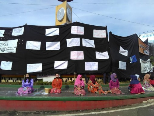 Tak Dikawal Polisi, Seniman Kampus Lampung Demo di Tugu Adipura