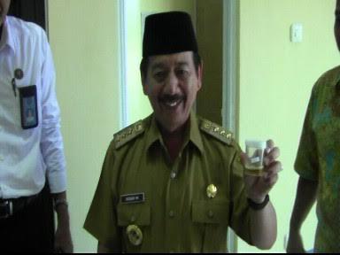 Wali Kota Bandar Lampung Herman HN mengikuti kegiatan tes urine yang dilakukan BNN, Senin, 2/5/2016 | Tama/jejamo.com