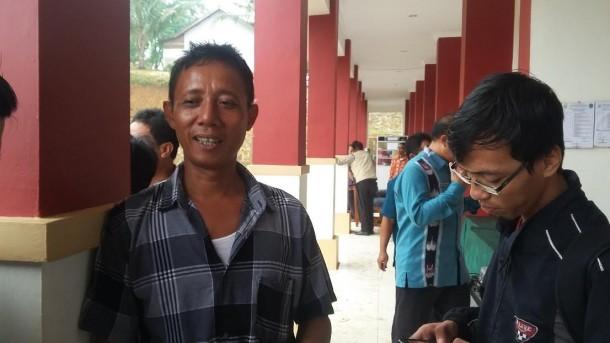 Seorang warga Susunan Baru Bandar Lampung memberikan keterangan kepada jejamo.com perihal penutupan SMKN 9 Bandar Lampung, Kamis, 26/5/2016. | Arif Wiryatama/Jejamo.com