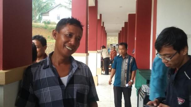 Seorang warga Susunan Baru Bandar Lampung usai demo menolak penutupan SMKN 9 Bandar Lampung, Kamis, 26/5/2016. | Arif Wiryatama/Jejamo.com