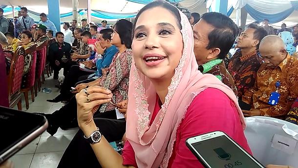 Ayu Azhari saat mengunjungi TPI Lempasing Bandar Lampung bersama Menteri Kelautan dan Perikanan Susi Pudjiastuti, Sabtu, 28/5/2016. | Andi Apriadi/Jejamo.com