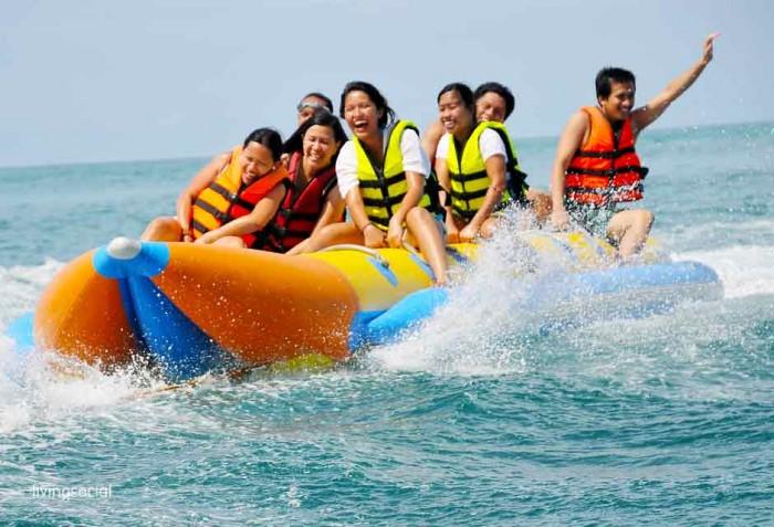 Pengunjung menikmati banana boat. | Ist.