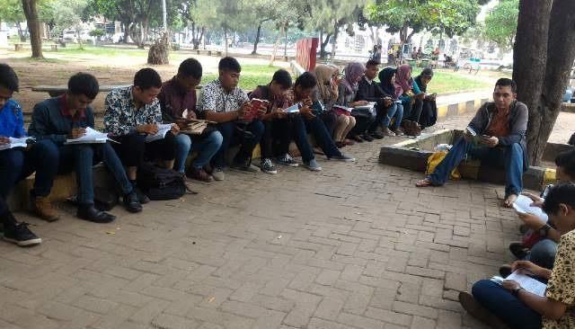 Ciptakan Nuansa Berbeda, Mahasiswa Universitas Muhammadiyah Metro Belajar di Taman Kota