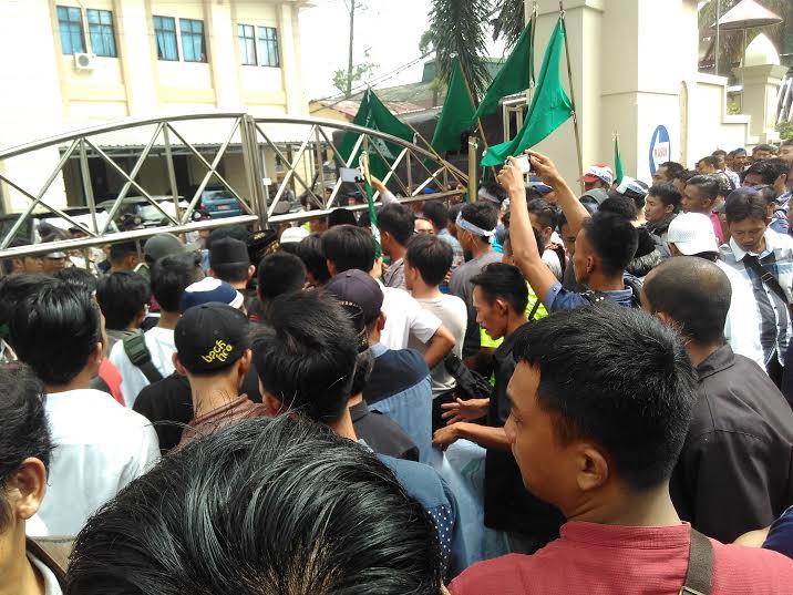 Ratusan anggota Sat Pol PP dan GP Ansor Bandar Lampung memadati gedung PN Tanjungkarang menuntut pembebasan Cik Raden, Selasa, 31/5/2016. | Andi Apriadi/Jejamo.com