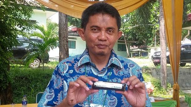 Ketua panitia lomba, Samsu Udayanah Nurdin saat menunjukan makanan berjenis dodol dengan memakai olahan tempe hasil karya siswa di Lampung, Sabtu, 21/5/2016. | Arif Wiryatama/Jejamo.com