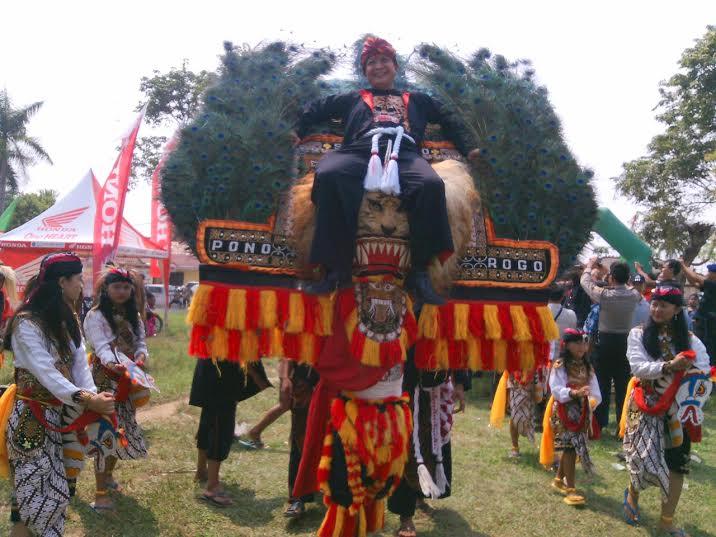 Salah satu pertunjukan festival budaya daerah yang digelar Kabupaten Lampung Timur, Sabtu, 21/5/2016. | Suparman/Jejamo.com