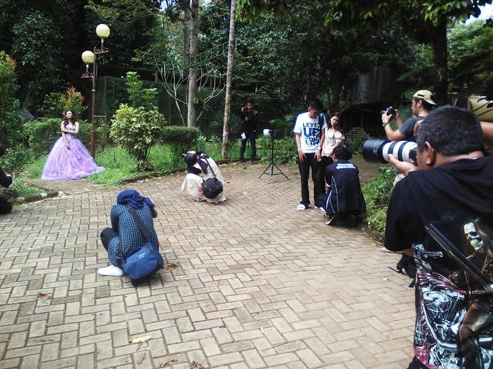 Sejumlah fotografer Lampung nampak sibuk melakukan pemotretan dalam acara penggalangan dana di Taman Wisata Lembah Hijau Bandar Lampung, Minggu, 29/5/2016. | Robby/Jejamo.com