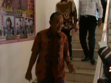 Kasat Pol PP Kota Bandar Lampung Cik Raden usai menjalani pemeriksaan di Kejaksaan Negeri (Kejari) Bandar Lampung, Senin 16/5/2016. | Andi Apriadi/Jejamo.com