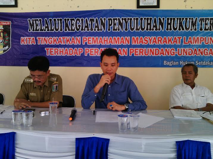 Kasi Datun Kejaksaan Negeri Sukadana, Hasan pada acara sosialisasi penyuluhan hukum terpadu di Aula Kantor Kecamatan Pasir Sakti, Selasa, 31/05/2016. | Suparman/Jejamo.com