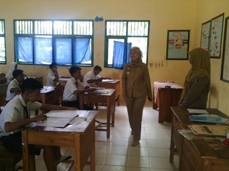 Bupati Lampung Timur Chusnunia Chalim saat meninjau meninjau pelaksanaan UN SMP, Senin 09/05/2016. | Suparman/Jejamo.com
