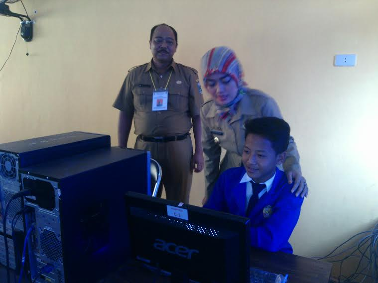 Bupati Lampung Timur Chusnunia Chalim menyapa salah satu siswa yang akan melaksanakan UN. | Suparman/Jejamo.com