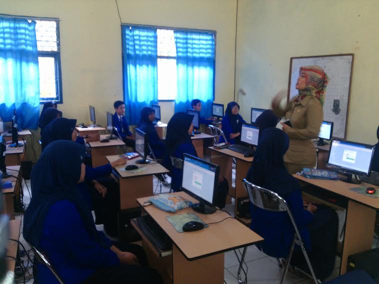 Bupati Lampung Timur Chusnunia Chalim memberikan arahan kepada siswa yang akan melaksanakan ujian nasional. | Suparman/Jejamo.com