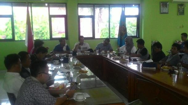 Ketua PWI Lampung Supriyadi Alfian (paling depan sebelah kanan), usai memimpin rapat persiapan dan pembentukan kepanitiaan, di Balai Solfian Ahmad, Bandar Lampung, Sabtu 14/5/2016. | Arif Wiryatama/Jejamo.com