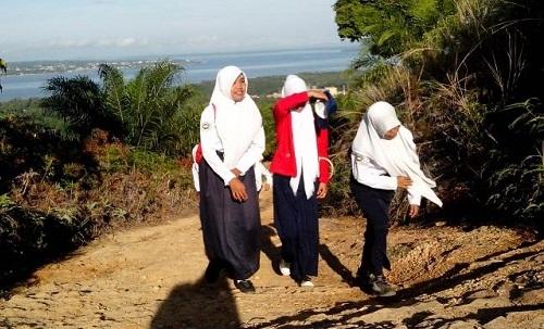 Cerita Siswa di Perbatasan yang Rela Naik Bukit demi Ikuti Upacara Hardiknas