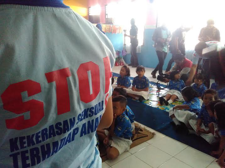 Tim Anti kekerasan seksual terhadap perempuan dan anak ( Sexual Crime Team : SCT-XX)  memberi penyuluhan kepada anak-anak, Kamis 19/5/2016. | Andi Apriadi/Jejamo.com
