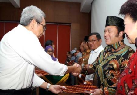Bupati Lampung Selatan Zainudin Hasan saat menerima hibah pasar ikan dari Kementerian Pekerjaan Umum dan Perumahan Rakyat, di Jakarta, Rabu 23/03/2016. | Diskominfo Lampung Selatan
