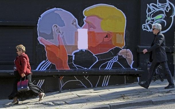 Grafiti Putin dan Trump Berciuman Hebohkan Dunia Maya