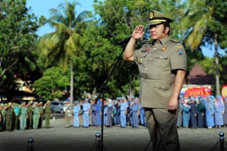 Bupati Zainudin Hasan saat memimpin upacara peringatan HUT Satpol PP ke-66 dan Satuan Perlindungan Masyarakat (Satlinmas) ke-54 di Lapangan Korpri Kalianda, Senin 28/03/2016.