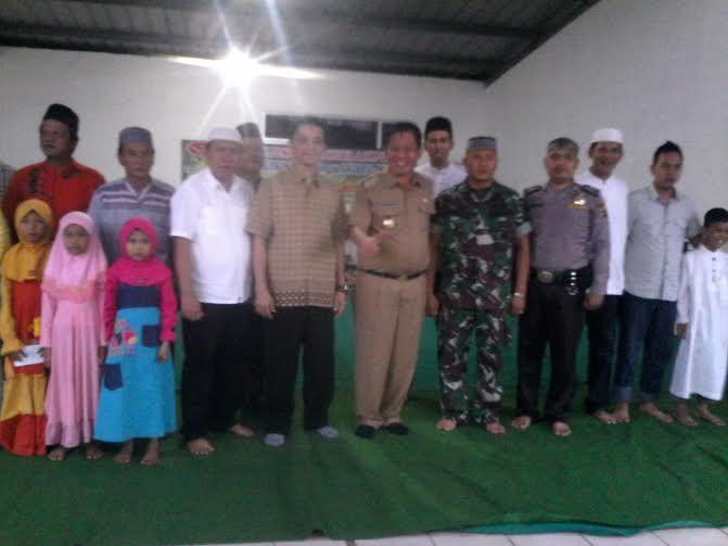 Wakil Wali Kota Bandar Lampung Yusuf Kohar, Ketua APML Wahyudi dan Humas APML Sudiono Tamrin berfoto bersama anak yatim piatu | Widya/jejamo.com