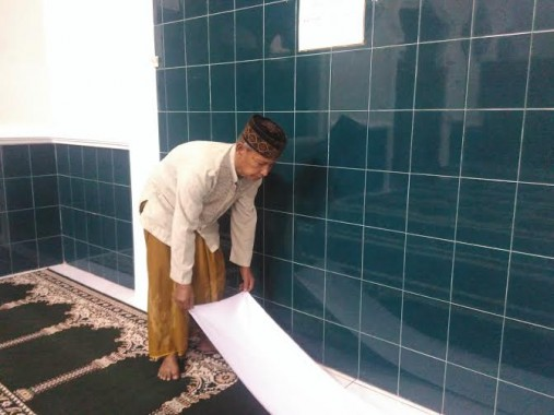 Abdulah (67), warga Jalan Nakib, Kota Baru, Tanjungkarang Timur, Bandar Lampung, sudah delapan tahun lebih menjadi marbot di Masjid Jami'Darul Ishlah | Andi/jejamo.com