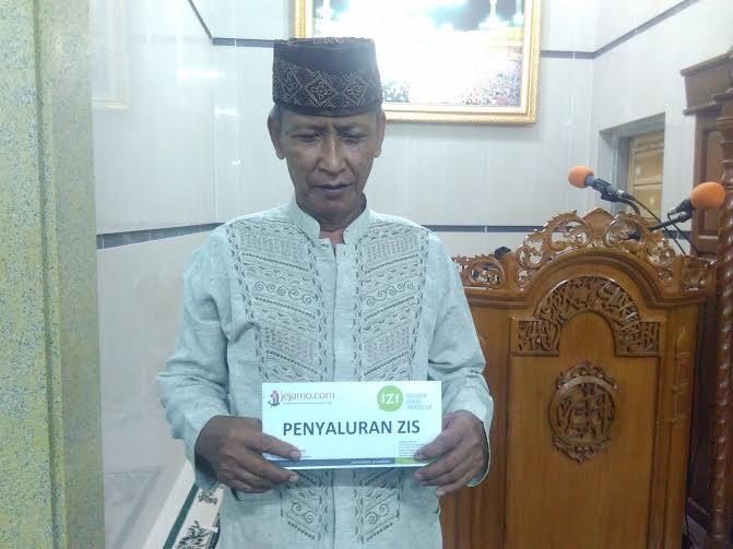 Abdullah menerima zakat dari IZI Lampung | Andi/jejamo.com