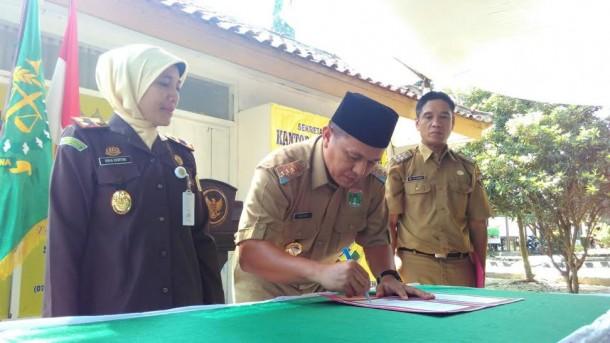 Bupati Lampung Tengah Mustafa, disaksikan oleh Kajari Gunung Sugih saat menandatangani MoU | Raeza/jejamo.com