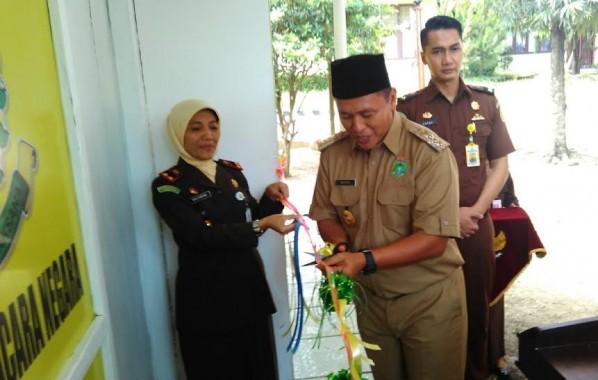 Bupati Lampung Tengah saat meresmikan Sekretariat perwakilan kantor pengacara negara (government law Office) | Raeza/jejamo.com