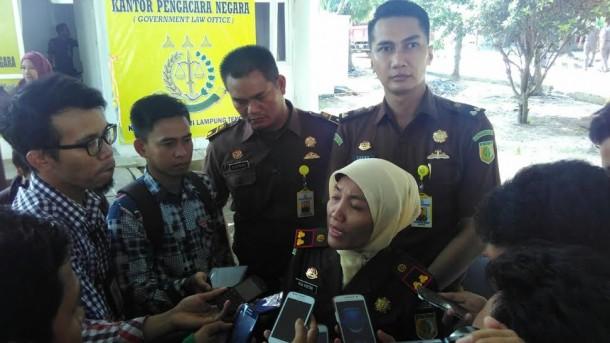 Kajari Gunung Sugih saat diwawancarai awak media di pelataran Pemkab Lampung Tengah | Raeza/jejamo.com