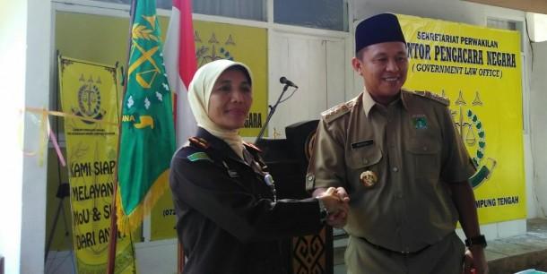 Bupati Lampung Tengah, dan Kajari Gunung Sugih Nina Kartini Usai melakukan Penandatangan MoU | Raeza/jejamo.com