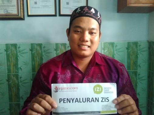 Ahmad menerima zakat dari IZI Lampung | Andi/jejamo.com