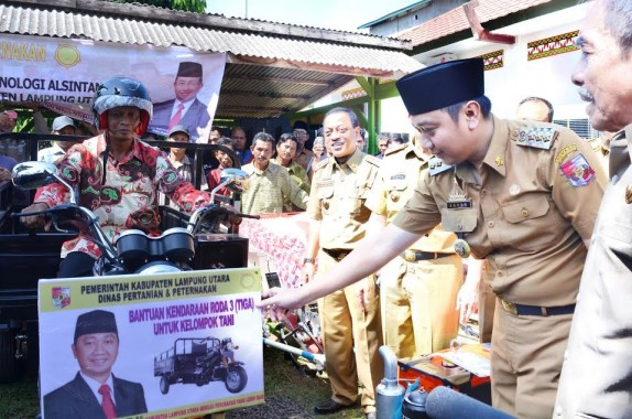 Pemerintah Kabupaten Lampung Utara memberikan bantuan alat mesin pertanian yang diberikan secara simbolis oleh Bupati  Agung Ilmu Mangkunegara di Aula Dinas Pertanian dan Peternakan, Selasa, 21/6/2016. | Lia/Jejamo.com