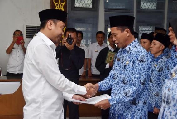 - Bupati Lampung Utara H Agung Ilmu Mangkunegara, menyerahkan Surat Keputusan (SK) 100 persen Pegawai Negeri Sipil (PNS) kepada 236 Calon Pegawai Negeri Sipil (CPNSD) Kategori II (K2), formasi 2013-2014 gelombang pertama, di Aula Tapis, Pemkab setempat, Rabu, 8/6/2016 | ist