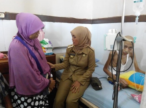 Bupati Lampung Timur Chusnunia Chalim Jenguk Imam Jaenuri Penderita Kanker Tulang