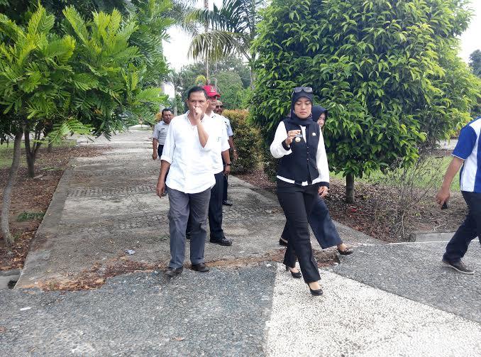 Bupati Lampung Timur Chusnunia Chalim meninjau Taman Gedong Dalem yang berada di Desa Gedong Dalem, Kecamatan Batang Hari Nuban, Rabu, 22/6/2016 | Parman/jejamo.com