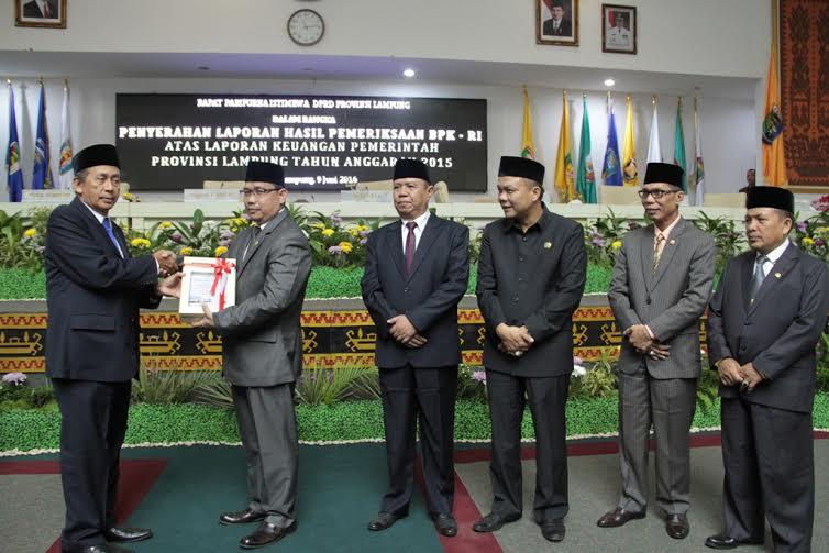 Anggota Badan Pemeriksa Keuangan (BPK) Pusat, Moermahadi Soerja Djayanegara menyerahkan hasil LHP BPK ke Ketua DPRD Lampung Dedi Afrizal | ist