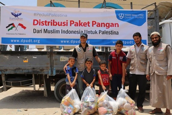 Dompet Peduli Ummat Daarut Tauhiid Bagikan Paket Pangan di Gaza