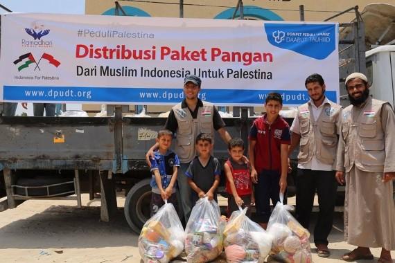 Distribusi paket pangan Dompet Peduli Ummat Daarut Tauhiid di Gaza. | Ist
