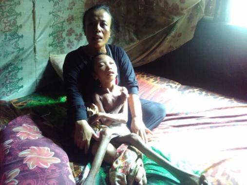 Tati saat sedang merawat Zubaidah. | Andi Apriyadi/Jejamo.com
