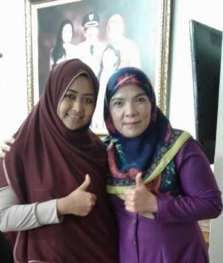 Dina Nur Atika dan Bunda Eva menjelang keberangkatan Dina menuju pentas Aksi Indosiar. | Ist