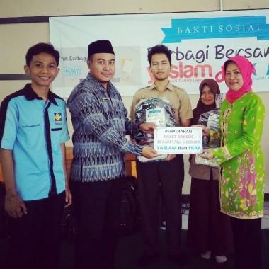 Forum Kerja Sama Alumni Rohis (FKAR) dan Yayasan Tunas Lampung (Yaslam) menggelar bakti sosial kepada pelajar SMKN 3 Bandar Lampung, Sabtu, 10/6/2016. | Desliyani/Jejamo.com