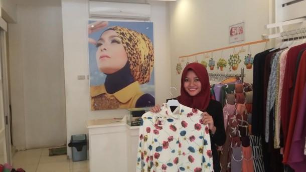 Angesti Kartika (23) saat menunjukan jenis hijab syari | Tama/jejamo.com