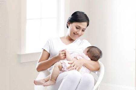 Ustaz Suryani Menjawab: Ibu Menyusui, Puasa di Lain Waktu Atau Bayar Fidyah?