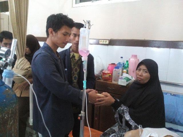 Sahabat Imam Jaenuri menyerahkan bantuan kepada orang tua Imam | Tyas/jejamo.com