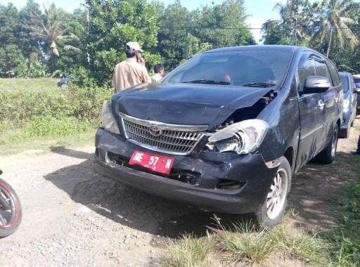 BREAKING NEWS: Mobil Kadis Peternakan Lampung Timur Hantam Bodi Belakang Kendaraan Lain